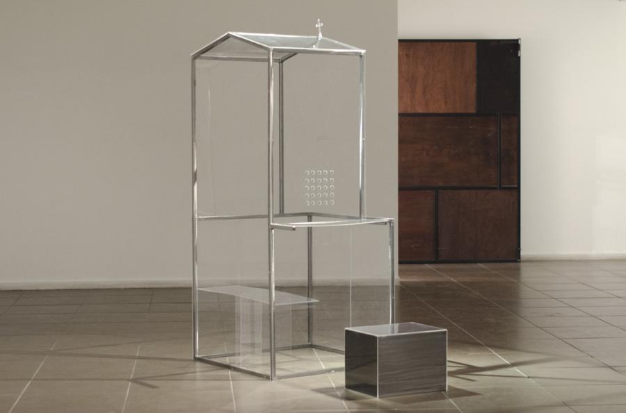 Tarix Sepulveda, Confesionario, 2013, acrílico y metal,180 x 160 x 80 cm. Cortesía de la artista