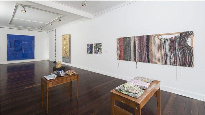 """Vista de la exposición """"Abstracción textil"""" en Casas Riegner, Bogotá, 2018. Cortesía de la galería"""