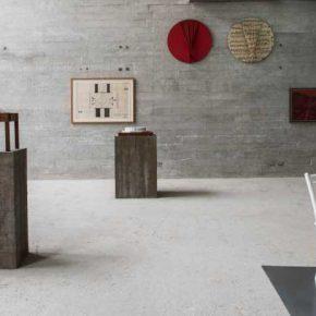 Vista de la exposición Trans / Cis, de , Jorge Eielson (1924-2006) y Emilio Rodríguez-Larraín (1928-2015), en Revolver Galería, Lima, 2018. Cortesía de la galería