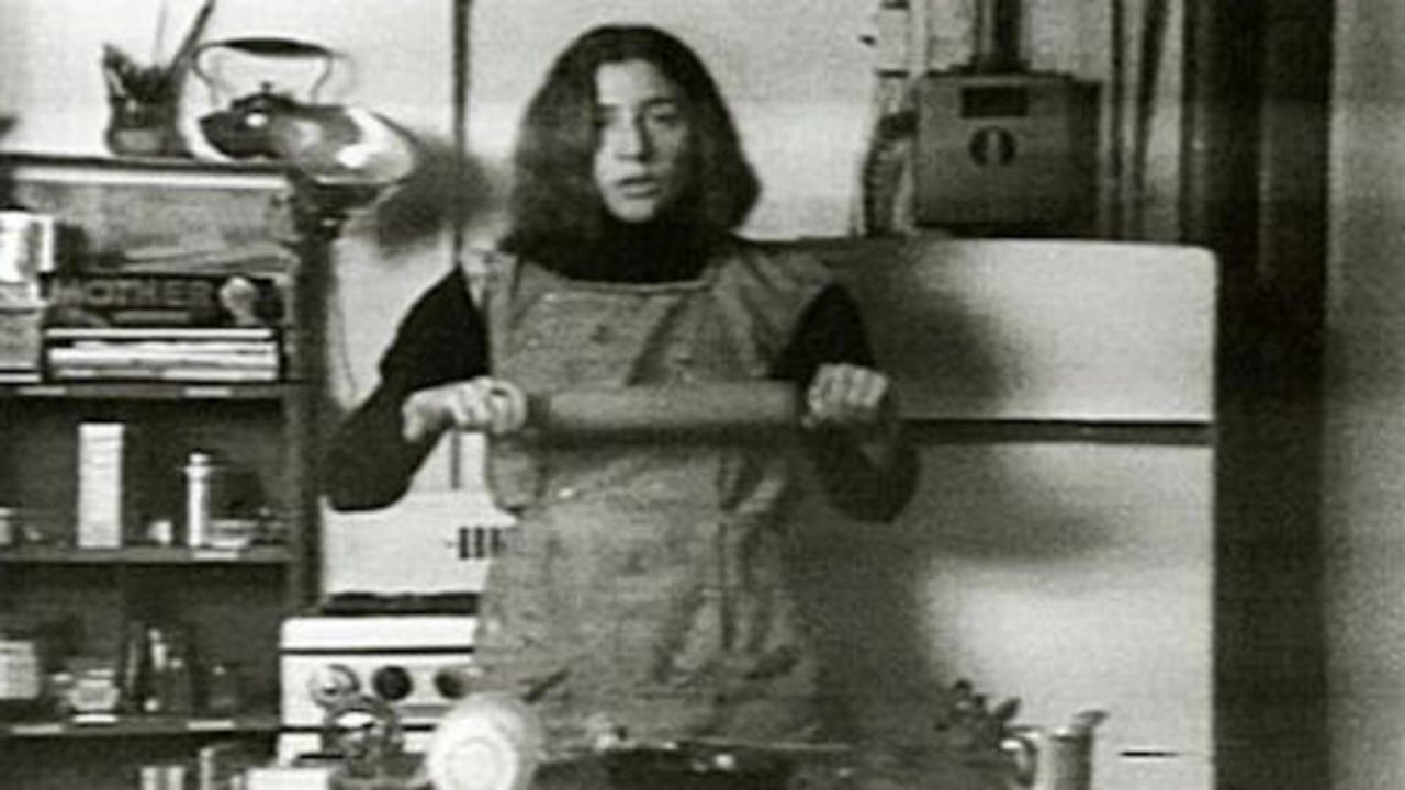 Martha Rosler, Semiotics of the Kitchen, 1975, still de video. Cortesía: MACBA