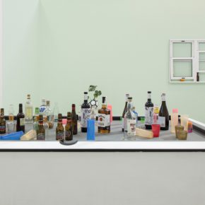 "Vista de la exposición ""Meditations in an ugly hotel room"", de Radamés ""Juni"" Figueroa, L21, Palma de Mallorca, España, 2018. Cortesía: L21"