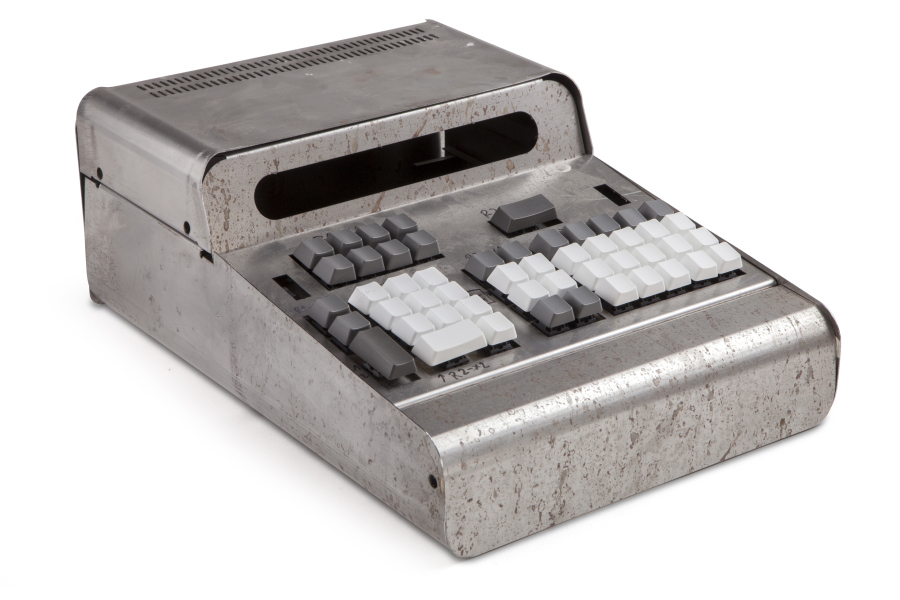 Diseño de gabinete para una calculadora electrónica de mesa, a ser producida en serie corta (1.000 ejemplares), diseñada en agosto de 1971. El prototipo funcional reconstruido consideró la utilización de tubos nixies para la pantalla de 16 dígitos. Cortesía: Fernando Portal