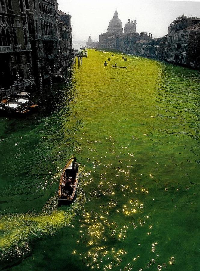 Nicolás García Uriburu, Coloración del Gran Canal de Venecia, 1968, fotografía. Colección Fundación García Uriburu. © Nicolás García Uriburu, reproducido bajo permiso.