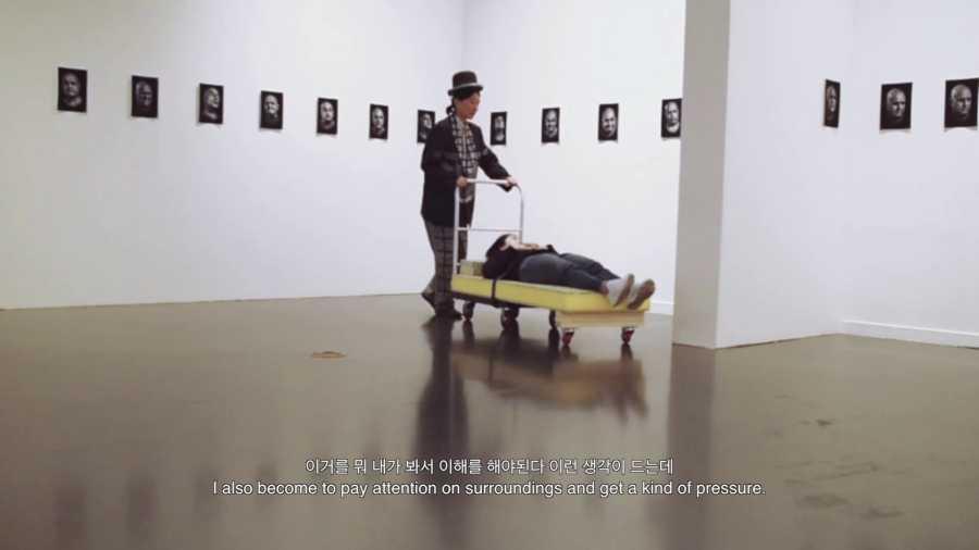 """Still del video """"Liquid Mediation"""", registro del programa de mediación creado por Andeath para la exhibición colectiva """"Working for the future past"""", que presentó una selección de piezas de la colección de Museo La Ene en el Seoul Art Museum (SeMA), Seúl, Córea del Sur, 2017. Imagen cortesía de Andeath"""