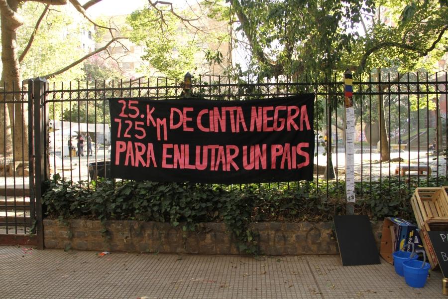La Ene al Aire Libre, pieza de Pilar Villasegura en homenaje a Horacio Zabala, plaza Roberto Arlt, Buenos Aires, Argentina, 2017. Foto: Javier González Tuñón.