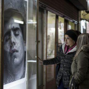 Intervención de Paz Errázuriz en vitrina comercial del centro de Santiago de Chile (2018), como parte de la curaduría