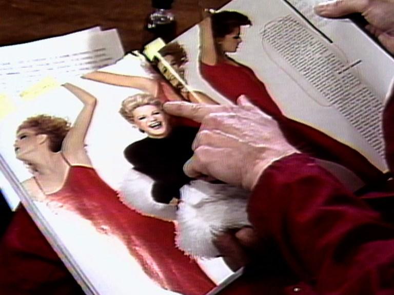 """Martha Rosler lee """"Vogue"""", 1982. Grabación audiovisual. Vídeo monocanal, color, sonido, 25 min 45 s. Colección MACBA"""