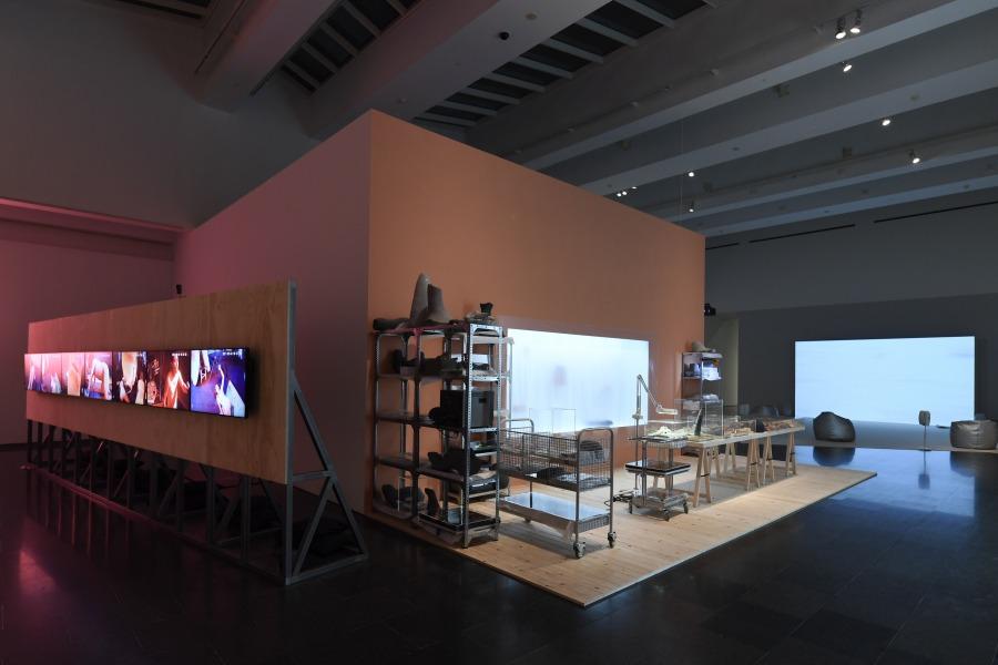 """Vista de la exposición """"Melanie Smith. Farsa y artificio"""", en el MACBA, 2018. Foto: Miquel Coll"""