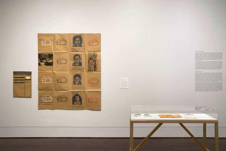 """Eugenio Dittborn, Sin rastros (Pintura aeropostal N° 13), 1983. Vista de la exposición """"From the Page to the Street: Latin American Conceptualism"""", en el Blanton Museum of Art, Austin, Texas, 2018. Cortesía del museo"""