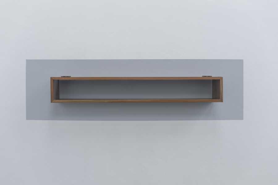 Juliana Góngora, Memorial (ensayos sobre la fe), 2012, madera de nogal, vidrio, imanes y 50 granos de arena aprox., 100 x 15 x 11 cm. Cortesía: Instituto de Visión, Bogotá
