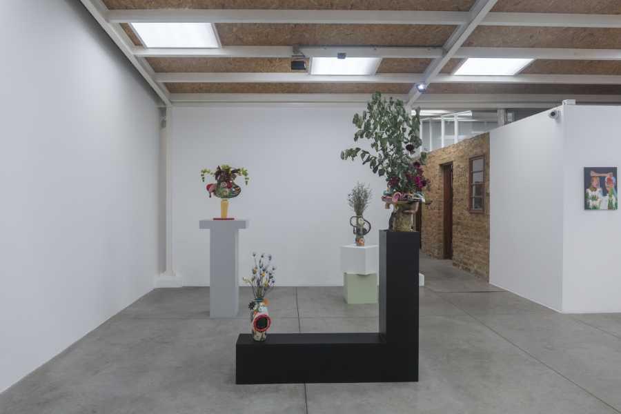 """Vista de la exposición """"Bestias sin Nombres"""", con cerámicas de Milena Muzquiz. Instituto de Visión, Bogotá, 2018. Cortesía de la galería"""