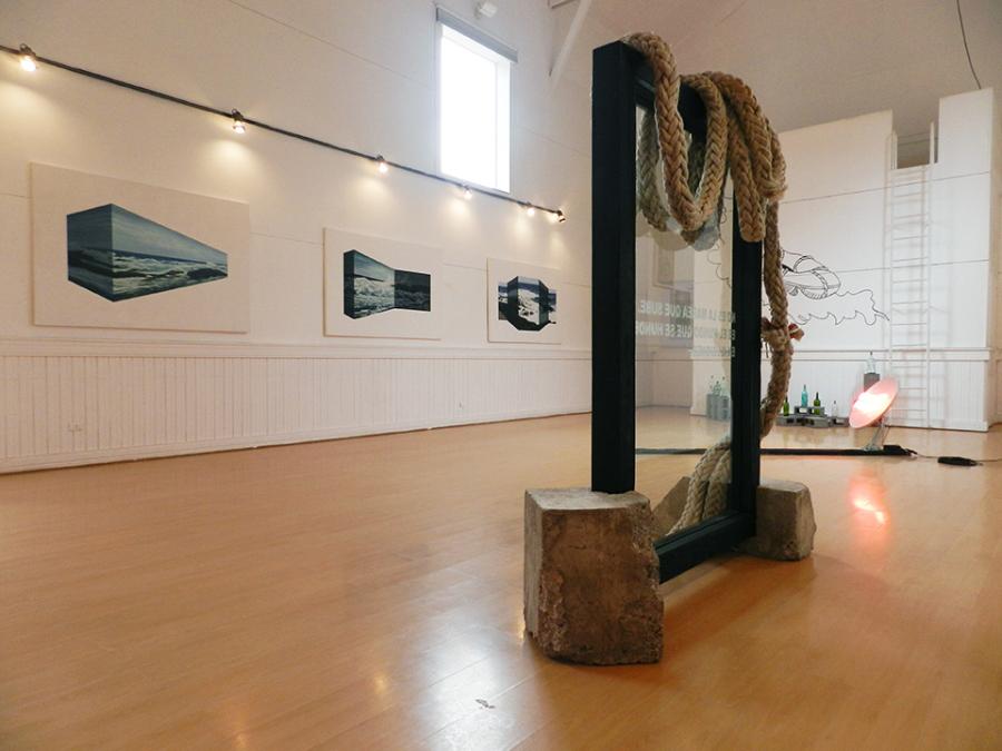 """Vista de la exposición """"La trizadura del mar"""", de Juan Cristóbal González, en el Teatro Zapallar, Valparaíso, Chile, 2018. Cortesía del artista"""