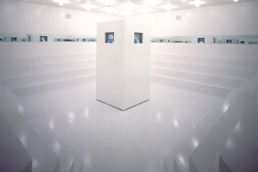 """Adrian Piper, What It's Like, What It Is #3, 1991, vista de la instalación en la exposición """"Dislocations"""", The Museum of Modern Art, Nueva York, 1991–1992. © Adrian Piper Research Archive Foundation Berlin"""