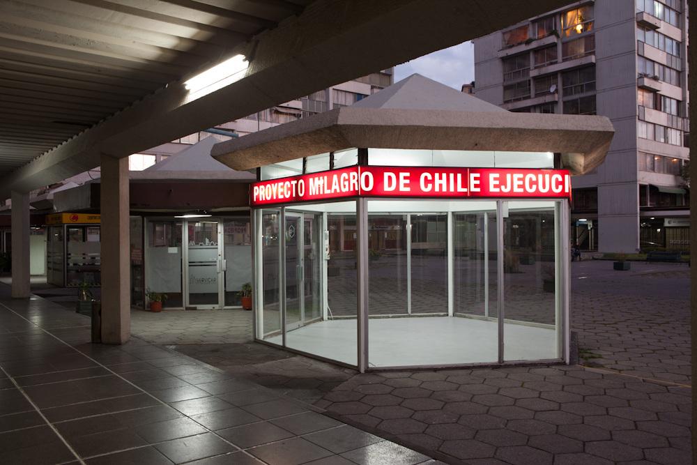 """Vista de la exposición """"Intervención en Torres de Tajamar"""" (2012) de Consuelo Rodríguez en Galería Tajamar, Providencia, Santiago de Chile. Foto: cortesía de la galería."""