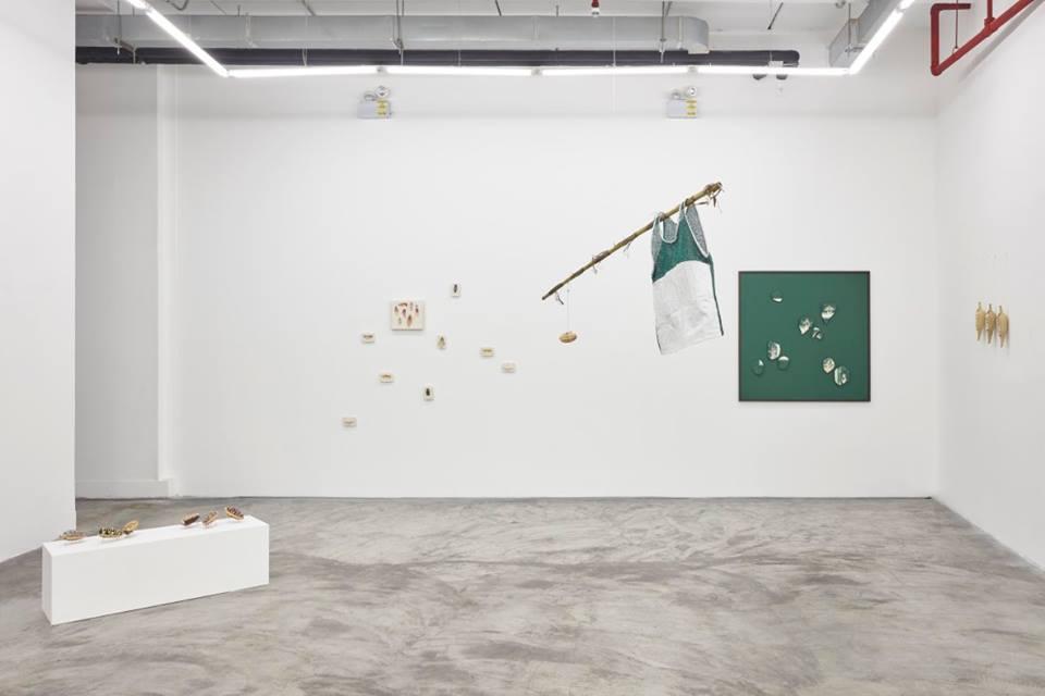 """Vista de la exposición """"Allá en el caserío, acá en el matorral"""", de Arturo Kameya y Claudia Martínez Garay, en Ginsberg Galería, Lima, 2018. Foto: Juan Pablo Murrugarra"""