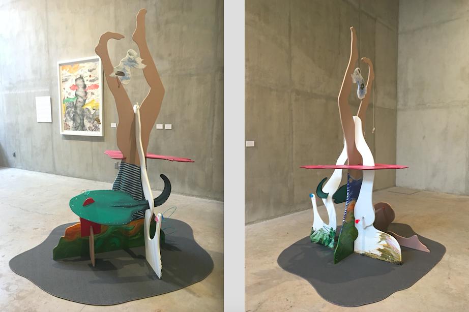 A la izquierda, en primer plano: Extrayendo la piedra de la locura (2018), ensamble tridimensional sobre madera, acrílico sobre MDF, tubo de acrílico, plumas y pelo de conejo, remaches de aluminio, silicona, cordón de algodón, piedra de mar, cable de acero recubierto de plástico, 135x135x245cm; al fondo, derecha: Pinnacolo (según Bernini) (2018), pintura, acrílico, lápiz y collage sobre papel, 140x100cm; a la derecha: Extrayendo la piedra de la locura. Cortesía: Erika Harrsch/ GE Galería