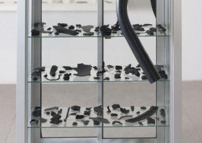 Alejandro Leonhardt, Cuerpos Violentos, 2018, vitrina de aluminio, fragmentos de neumáticos y parachoques, 140 x 80 x 80 cm. Cortesía del artista