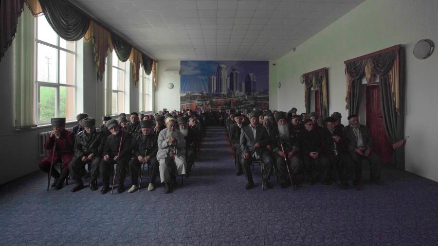 """Aslan Gaisumov, People of No Consequence, 2016, still de video monocanal HD, color, sonido, 08' 34"""". Apoyado por MuHKA, Amberes. Cortesía del artista"""