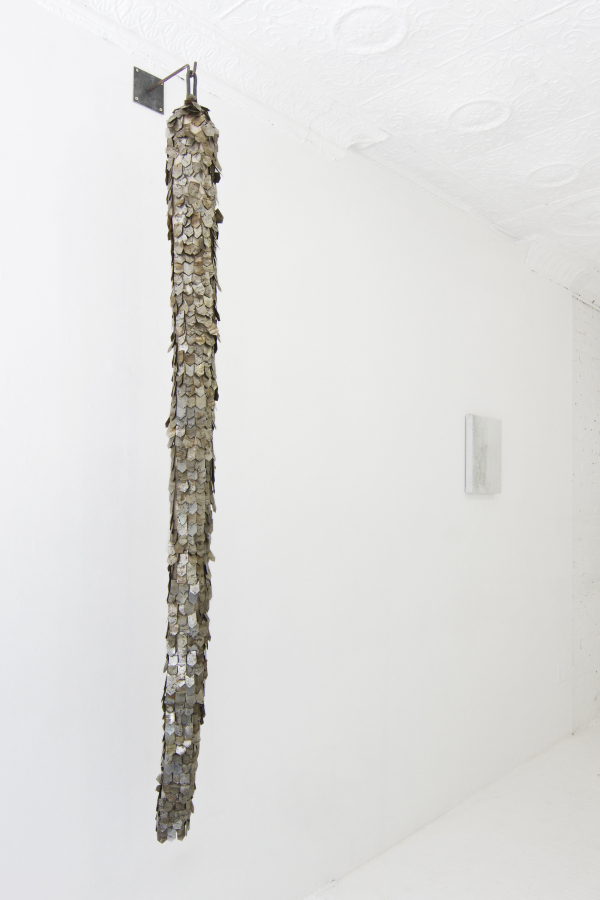 Andrés Bedoya, Vestimenta (Manga), 2018, metal, alambre, lona, 12 x 197 cm. Cortesía: Situations, Nueva York