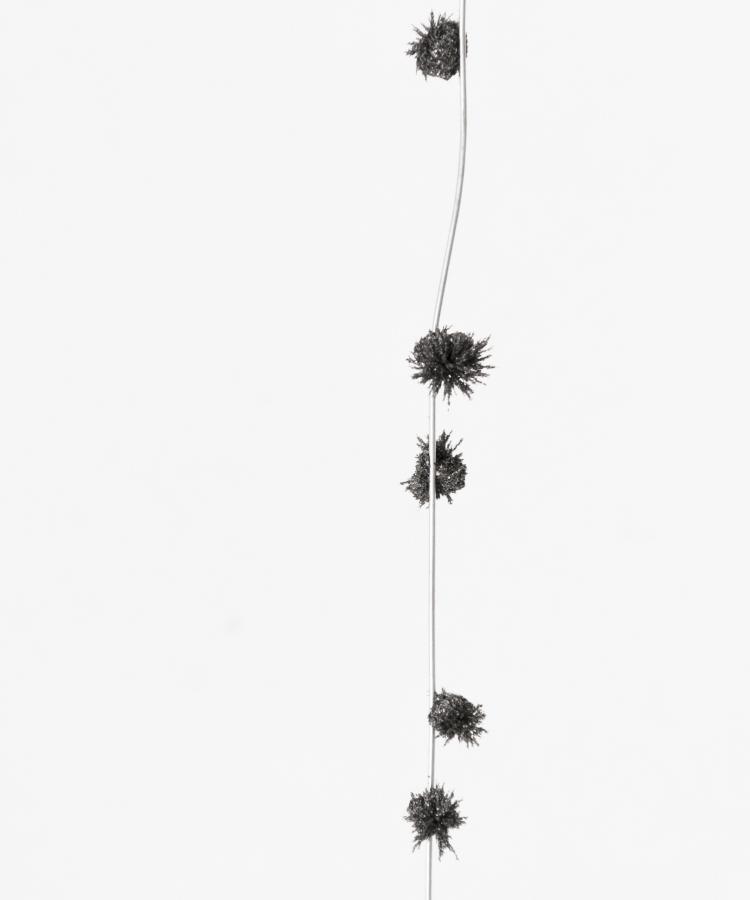 Andrés Bedoya, Pa, 2018, alambre, imanes, polvo de acero, 37 cm. Cortesía: Situations, Nueva York