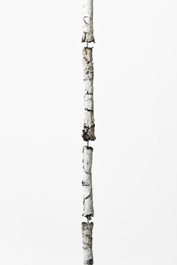 Andrés Bedoya, Patricia [detalle], 2018, ceniza de cigarrillo, cadena, 254 cm. Cortesía: Situations, Nueva York