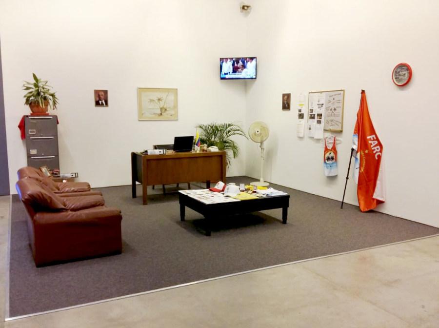 """Tatyana Zambrano. Compañeros ¡YO ME ENCARGO! 2016. Vista de la exposición """"Al Dictado. Arte y conflicto en Centroamérica"""", en el Museo de Arte Moderno de Medellín, Colombia, 2018. Foto: Úrsula Ochoa"""