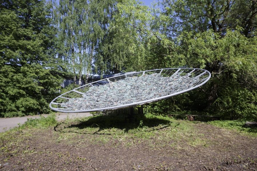 Maarten Vanden Eynde, Cosmic Connection, 2016. Metal, teléfonos y placas de circuito de computadora reciclados, tela de yute y concreto, 8 × 3 × 8 m. Cortesía del artista y Verbeke Foundation, Kemzeke. Foto: Andrejs Strokins