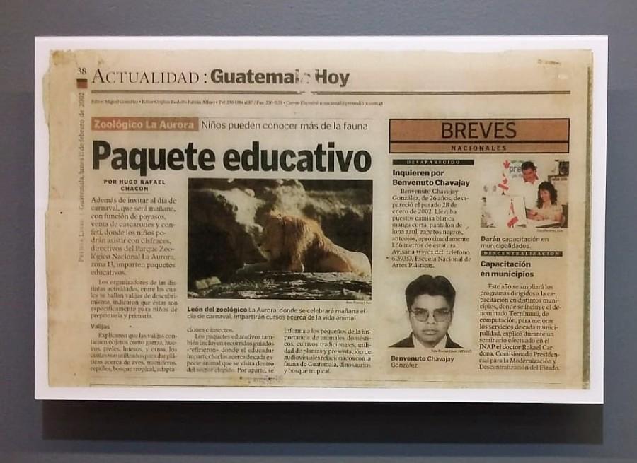 """Benvenuto Chavajay, El desaparecido, 2002. Vista de la exposición """"Al Dictado. Arte y conflicto en Centroamérica"""", en el Museo de Arte Moderno de Medellín, Colombia, 2018. Foto: Úrsula Ochoa"""