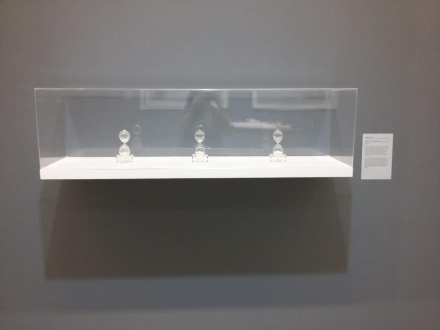 """Melissa Guevara, Antropometría, 2012. Vista de la exposición """"Al Dictado. Arte y conflicto en Centroamérica"""", en el Museo de Arte Moderno de Medellín, Colombia, 2018. Foto: Úrsula Ochoa"""