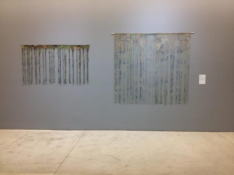 """Jessica Laguna, Deshilando el miedo, 2012. Vista de la exposición """"Al Dictado. Arte y conflicto en Centroamérica"""", en el Museo de Arte Moderno de Medellín, Colombia, 2018. Foto: Úrsula Ochoa"""