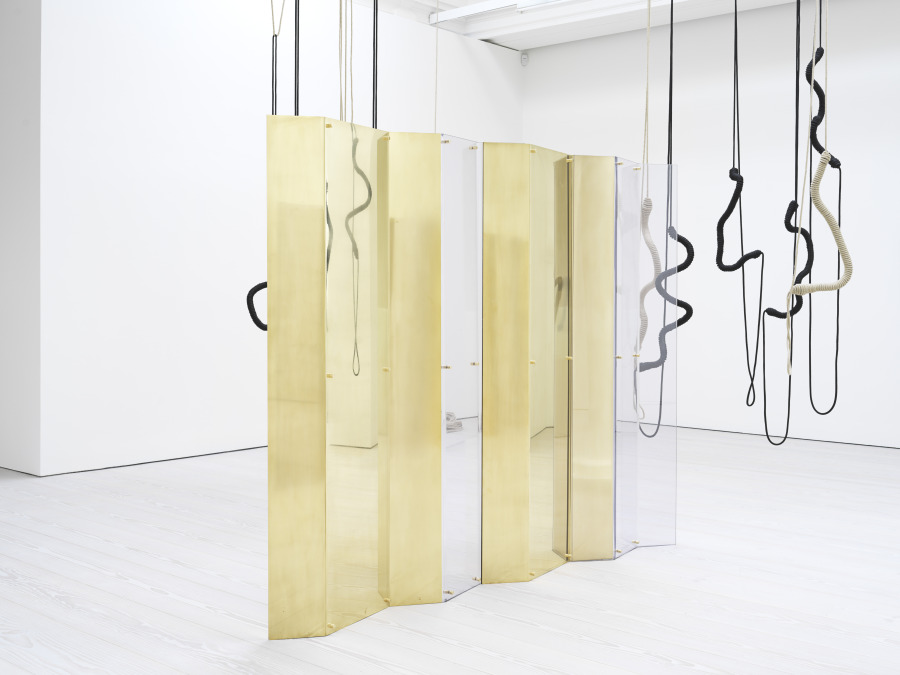 Leonor Antunes, A.S in the S.P, 2018, (4 elementos), pantallas de latón y policarbonato. Dimensiones variables. Vista de la exposición en Marian Goodman, Londres, 2018. Foto: Nick Ash