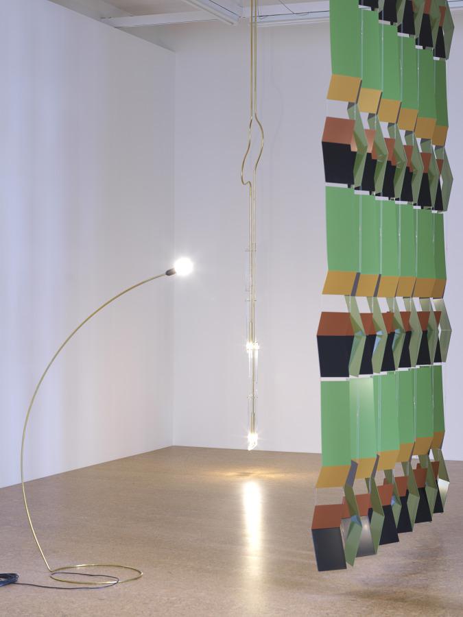 Leonor Antunes, alterated climbing form (III), 2017, (1 sección),12 elementos, latón pintado. Dimensiones variables. Vista de la exposición en Marian Goodman, Londres, 2018. Foto: Nick Ash
