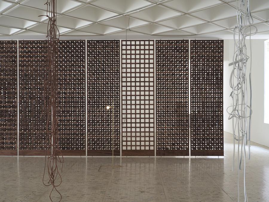 """Vista de la exposición """"discrepancias con C.P. Leonor Antunes"""", en el Museo Tamayo, Ciudad de México, 2018. Foto: Nick Ash. Cortesía del Museo Tamayo"""