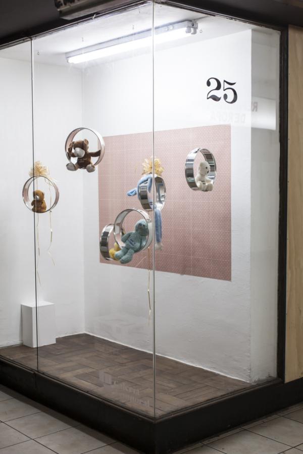 Guillermina Bustos, Amor usado, 2018. Vista de la exposición en la vitrina del local 25, Huérfanos 1373, Santiago. Foto cortesía de Galería Temporal