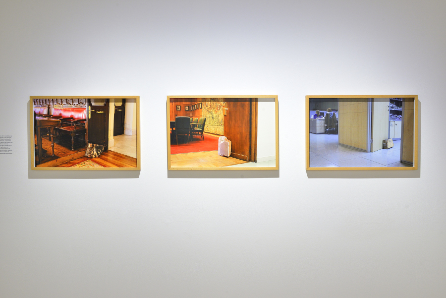 """Escalera (Casas habitación) (2017), originalmente concebida y producida para una vivienda en la ciudad de Monterrey en 2002. Vista de la exposición """"Obra inconclusa"""", de Tercerunquinto, en el Museo Amparo, Puebla, México, 2018. Cortesía: Museo Amparo"""