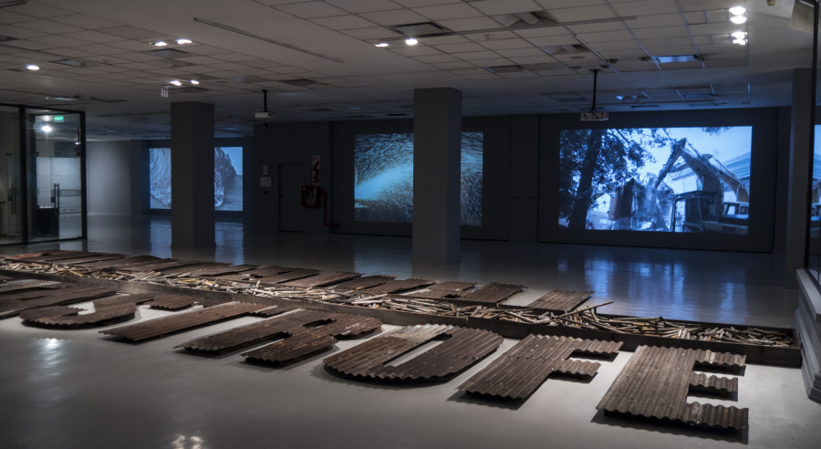 """Traigamos la catástrofe, vista de la instalación en la exposición """"En defensa propia"""", de Enrique Ježik, en el Espacio de Arte de la Fundación OSDE, Buenos Aires, 2018. Foto: Mariella Sola"""