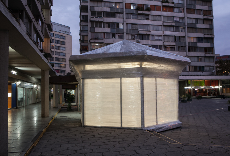 """Vista de la intervención """"Volare"""" (2013) de Rosa Velasco en Galería Tajamar, Providencia, Santiago de Chile. Foto: cortesía de la galería."""