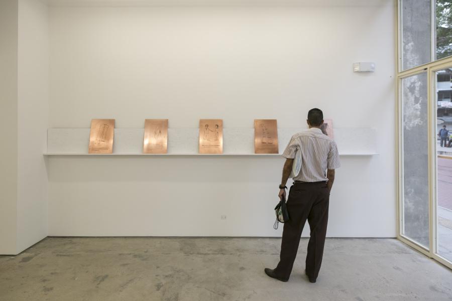 """Vista de la exposición """"Una serie de eventos desafortunados en el pasado me obligaban en el presente a comer deprisa"""", de Jhafis Quintero, en DiabloRosso, Panamá, 2018. Foto: Raphael Salazar"""