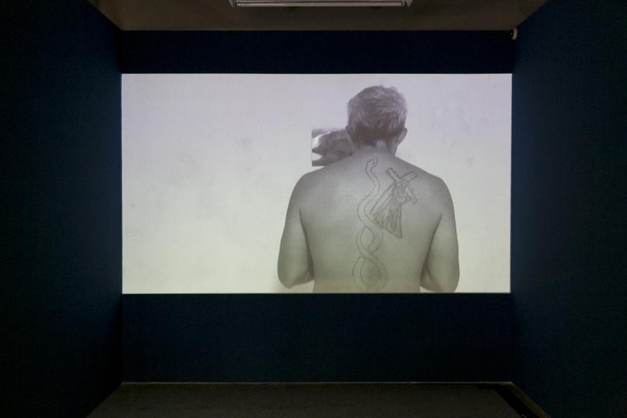 Jhafis Quintero, vista del video Mirror, 2016, en DiabloRosso, Panamá, 2018. Foto: Raphael Salazar