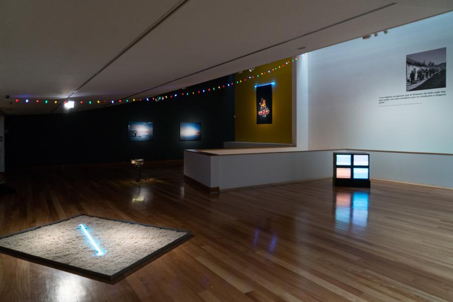 """Vista de la exposición """"Un hombre que camina"""", de Enrique Ramírez, en el Museo de Artes Visuales (MAVI), Santiago de Chile, 2018. Foto cortesía del artista"""