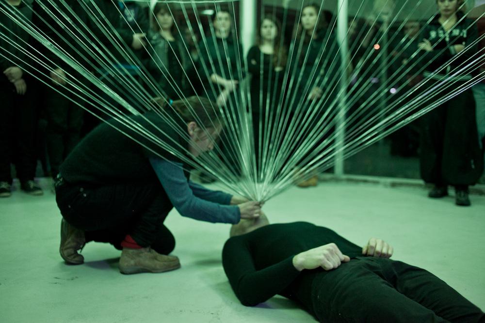 """Performance """"Campo Gravitatorio"""" de Sebastián Mahaluf en Galería Tajamar, Santiago de Chile, realizada el 15 de junio de 2012. Foto: cortesía de la galería."""