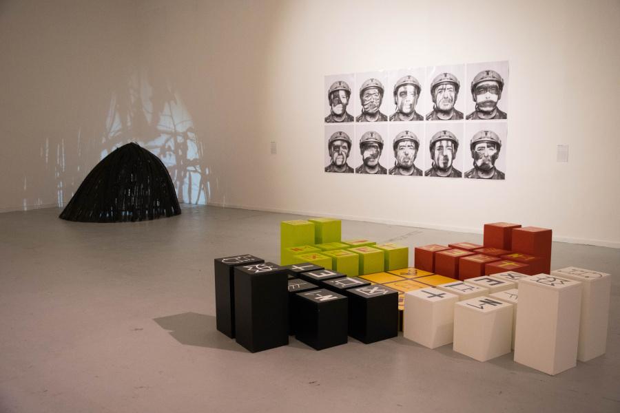 """Vista de la exposición """"Bienal NÓmade-Gross Capital"""", en el Museo de Arte Contemporáneo (MAC), Quinta Normal, Santiago de Chile, 2018. Foto: © Birgit Krumbach / MAC"""