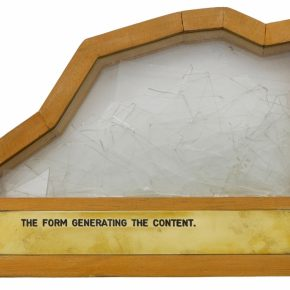 Luis Camnitzer, The Form Generating the Content [La forma generando el contenido], 1973–1977, caja de madera y vidrio con materiales diversos, 19,5 x 25,3 x 5 cm, Daros Latinamerica Collection, Zürich