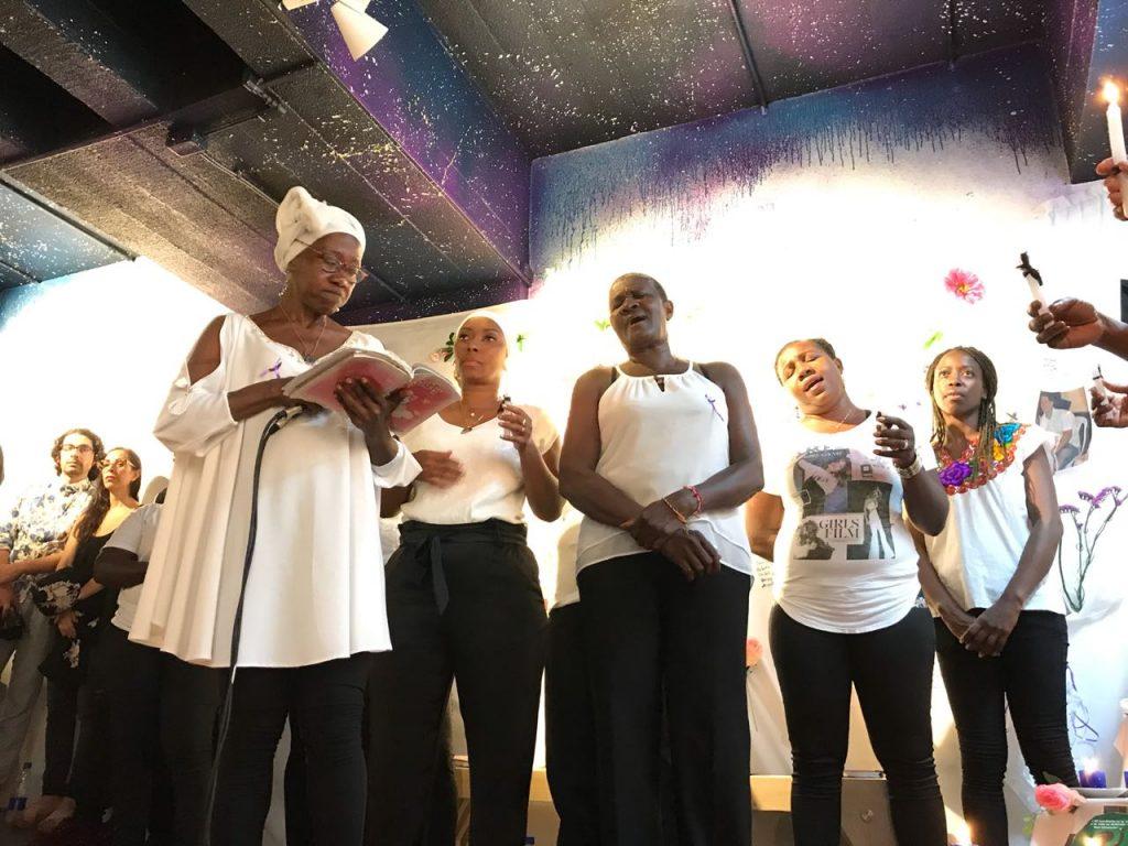 Mujeres cantoras interpretando un cancionero que compila los Alabaos durante la inauguración de la muestra de Adriana Ciudad en el Museo de la Tertulia, Cali (Colombia), 2018. Foto cortesía de La Tertulia