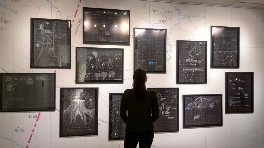"""Vista de la exposición """"Una explosión"""", del Colectivo Agencia de Borde (Paula Salas, Rosario Montero y Sebastián Melo), Antofagasta, Chile, 2018. Foto: Sebastián Rojas para SACO7"""