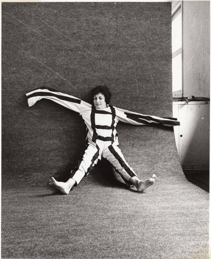 Martha Araújo, Para um corpo nas suas impossibilidades, 1985. Documentação de performance: três fotografias em preto-e-branco, 22 × 17 cm cada. Coleção de Martha Araújo. Cortesia da Galeria Jaqueline Martins. © a artista.