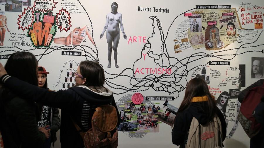"""Vista de la exposición resultante del taller """"Arte y Activismo"""", desarrollado por la artista Alejandra Ugarte en 2016 en la sede metropolitana de la Galería BAJ. Cortesía: BAJ"""