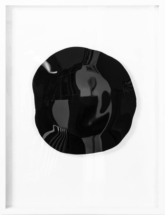 Tony Vázquez-Figueroa, Black Mirror V, 2017, bitumen sobre plexiglás, 63,5 x 48,2 cm. Cortesía del artista y LnS Gallery, Miami