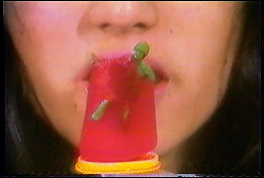 Gloria Camiruaga (Chile, 1941-2006), Popsicles, 1982-84. Video, color, sonido. 6:00 min. Cortesía: Museo de Arte Contemporáneo (MAC), Facultad de Artes Universidad de Chile © el artista.