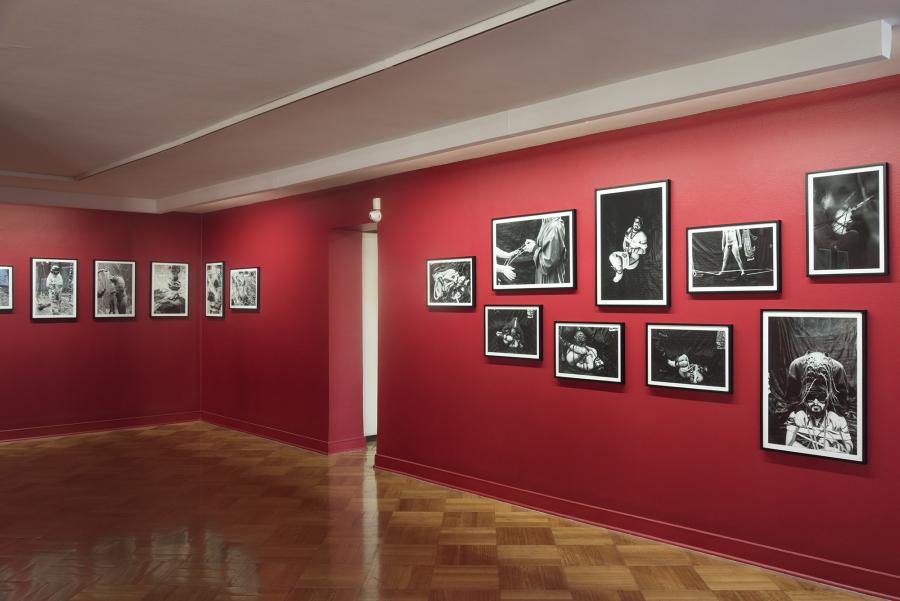 """Vista de la exposición """"Chulos chunchules chilenos"""", del escritor y poeta Piero Montebruno, con fotografías de Paz Errázuriz, en D21 Proyectos de Arte, Santiago, 2018. Foto cortesía de D21"""